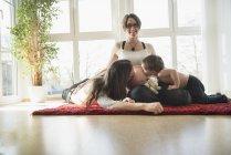Отец и сын целуют беременную мать живот — стоковое фото