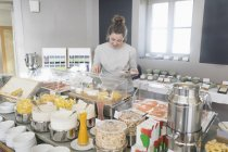 Frau, die Käse vom Frühstücksbuffet — Stockfoto