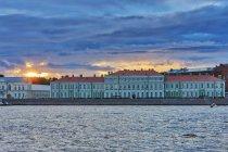 Фасад здания факультета филологии, река Нева, Санкт-Петербург, Россия — стоковое фото