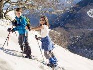 Хлопчик і дівчинка з снігоступах ходіння по snowfield в Anboto гори — стокове фото