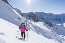 Жінка, катання на лижах на засніжених схилі в Європі Баварія, Німеччина, — стокове фото