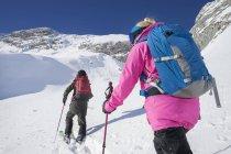 Вид сзади лыжников, забравшись на снежные горы, Баварии, Германия, Европа — стоковое фото