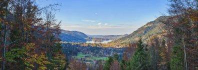 Панорамный вид холмистый город с небольшим озером против пасмурное небо, Schliersee, Бавария, Германия — стоковое фото