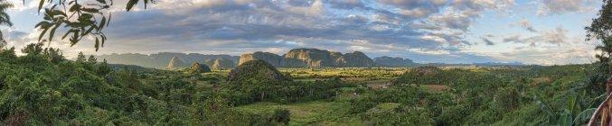 Panoramic view of karstic Valle de Vinales in Cuba — Stock Photo