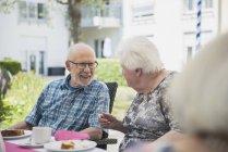 Старший люди говорили в сніданком похилого віку — стокове фото