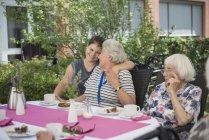 Старшие женщины с внучкой в доме престарелых — стоковое фото