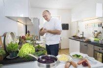 Середині дорослих шеф-кухар готує пельмені приватні кухні — стокове фото