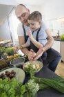 Vater und Sohn, die Knödel in modernen Küche vorbereiten — Stockfoto