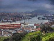 Бурная погода над причалом в Риа-де-Бильбао, Испания — стоковое фото