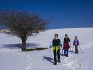 Mère et filles raquette au mont Gorbea, Biscaye, Espagne — Photo de stock