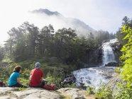 Зрілі туристів, милуючись мальовничим видом водоспад річки дав De Котеретс, Франція — стокове фото