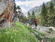 Мужчина и женщина, походы в высоких Пиренеях недалеко Котертеса, Франция — стоковое фото