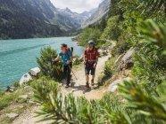 Чоловік і жінка походи в високий Піренеях біля озера Gaube, Котеретс, Франція — стокове фото