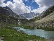 Мальовничий вид на озеро Gaube і Vignemale горою, Піренеях, Франція — стокове фото