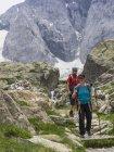 Mann und Frau wandern in den hohen Pyrenäen vor dem Berg Vignemale, Cauterets, Frankreich — Stockfoto