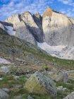 Viandante femminile salendo al Monte Vignemale in alti Pirenei, Cauterets, Francia — Foto stock