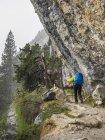 Frau Wandern auf Weg zur Hütte des Espuguettes in hohen Pyrenäen, Gavarnie, Frankreich — Stockfoto