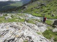 Frau wandert auf einer Almwiese in den hohen Pyrenäen in der Nähe von Pont estaube, Frankreich — Stockfoto