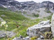 Woman hiking on path through Cirque de Troumouse in High Pyrenees, France — Stock Photo