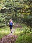 Mujer madura en senderismo tour en la selva negra, Bad Wildbad, Baden-Wurttemberg, Alemania - foto de stock