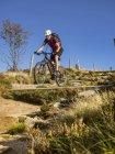 Велоспорт на горных велосипедах по однопутному маршруту в Эльзасе, Франция — стоковое фото