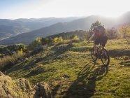 Велоспорт на горных велосипедах по однопутному маршруту рядом с коммуной Мюнстер, Франция — стоковое фото