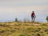 Человек езда велосипеде велосипедный тур в северном регионе Шварцвальд, Германия — стоковое фото