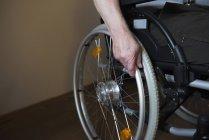 Куповані подання старший людина в інвалідному візку — стокове фото