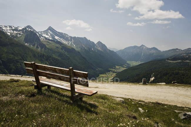 Скамейка в долине Pfitsch в Циллертальских Альп — стоковое фото