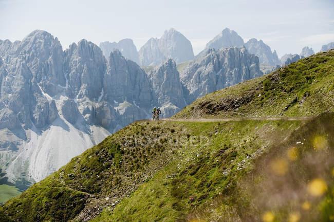 Два горных байкера мчатся вниз — стоковое фото