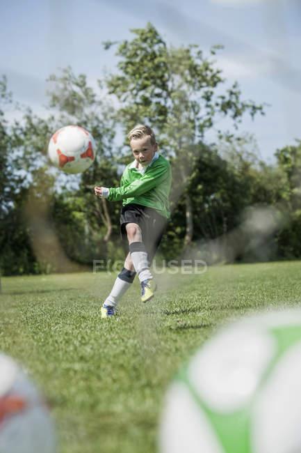 Молодший футбол player практикуючих страти — стокове фото