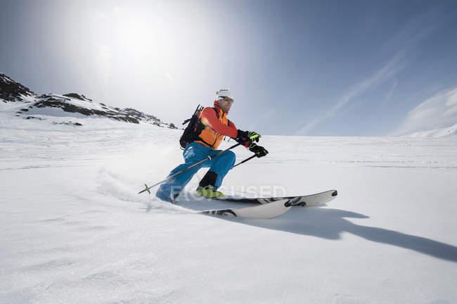 Человек, скоростной спуск на лыжах — стоковое фото