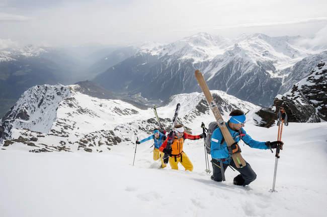 Три лыжников в зимний снег — стоковое фото