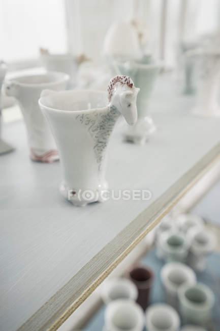 Vasos de porcelana na prateleira — Fotografia de Stock