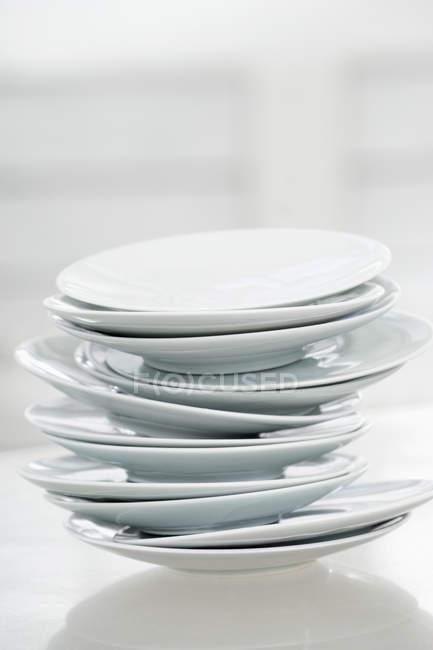 Pila di piatti bianchi — Foto stock