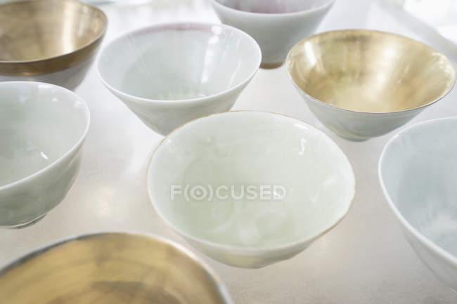 Ciotole di porcellana su tavolo di vetro — Foto stock