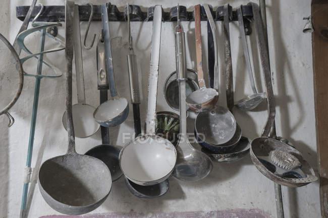 Ceramiche che scolpiscono utensili metallici — Foto stock