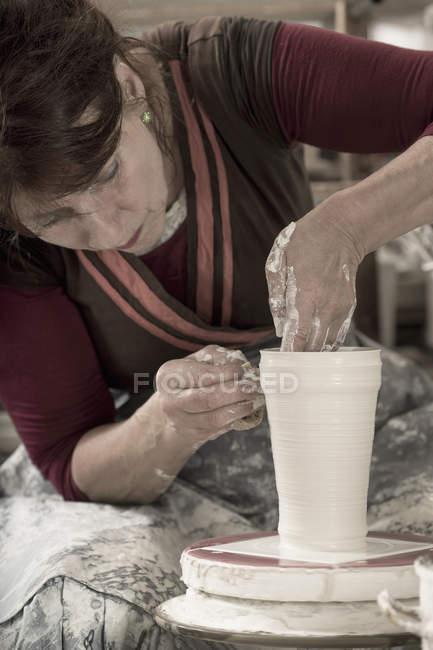 Töpferinnen formen Ton in Werkstatt — Stockfoto