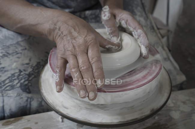 Oleiro fêmea moldando argila na oficina — Fotografia de Stock
