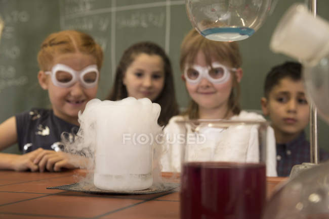 Elementary students doing experiment — Stock Photo