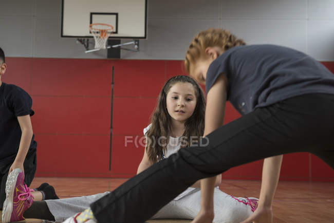 Girl amazed others by splitting legs — Stock Photo