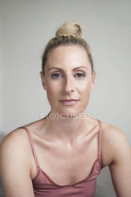 Frau im Yoga-studio — Stockfoto