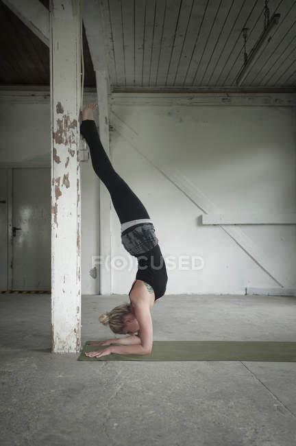 Frau praktizierender Brücke darstellen — Stockfoto