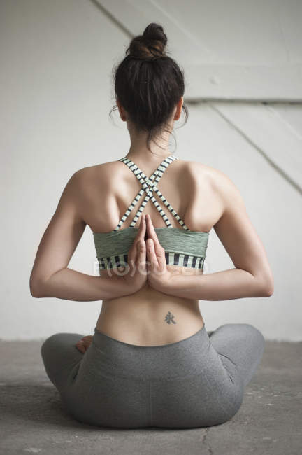 Donna che fa pashchima namaskarasana posizione — Foto stock