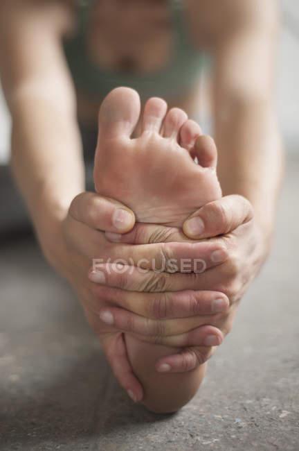 Woman practicing janu sirsasana pose — Stock Photo