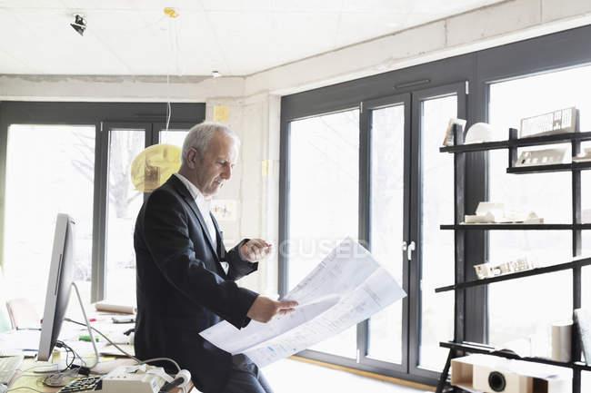 Uomo d'affari anziano guardando il progetto — Foto stock