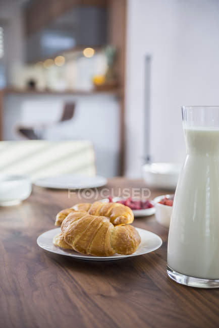 Croissants and milk for breakfast — Stock Photo