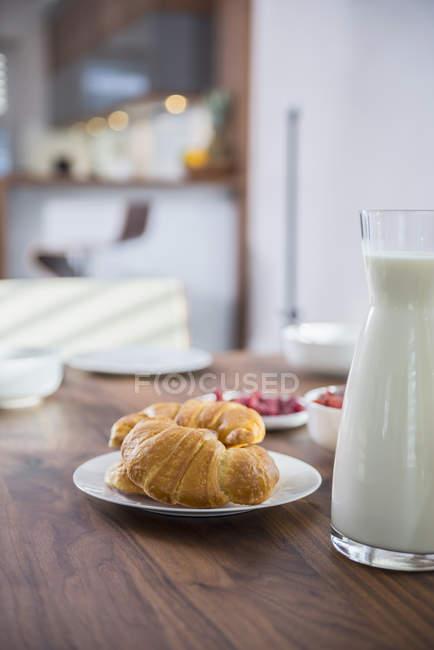 Croissants und Milch zum Frühstück — Stockfoto