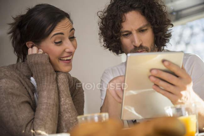 Couple adulte moyen utilisant une tablette — Photo de stock