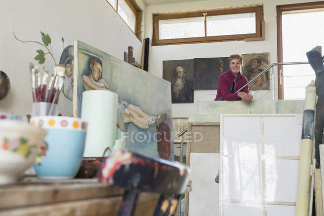 Female artist smiling in her studio — Stock Photo